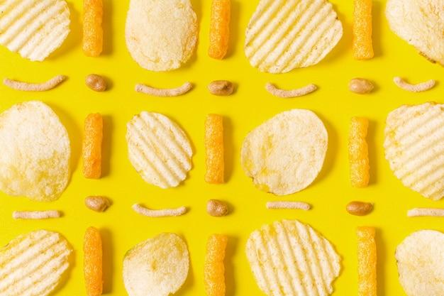 Disposizione piana di patatine e bignè di formaggio Foto Gratuite