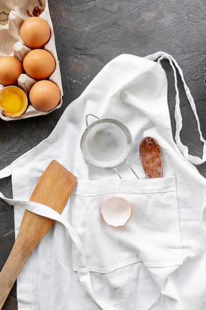 Disposizione piana di uova e utensili da cucina Foto Gratuite