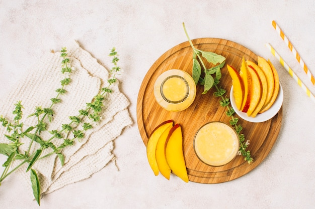 Disposizione piatta bella disposizione con frullati di mango e piante Foto Gratuite