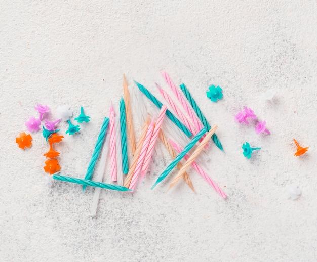 Disposizione piatta con candele di compleanno Foto Gratuite