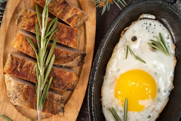 Disposizione piatta con uova e pane Foto Gratuite