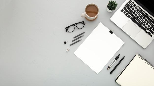 Disposizione piatta degli elementi della scrivania Foto Gratuite