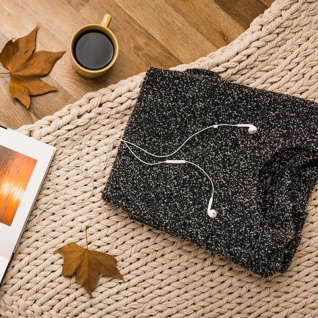 Disposizione piatta di accessori accoglienti autunno Foto Gratuite
