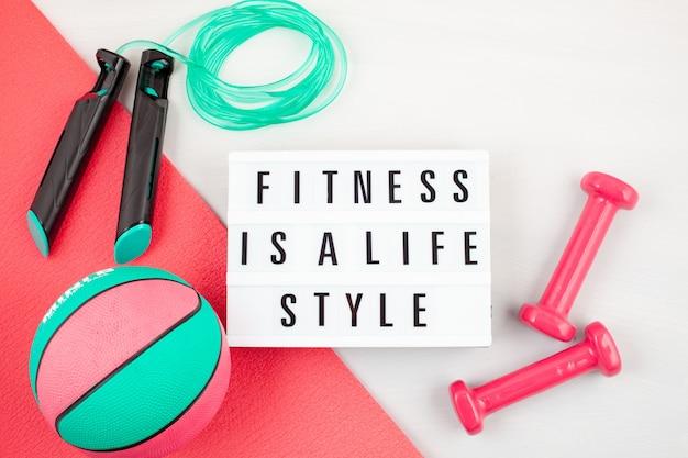 Disposizione piatta di attrezzature per manubri, sport e fitness Foto Premium