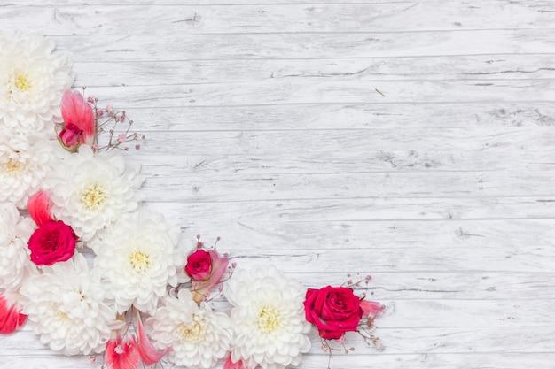 Disposizione piatta di fiori con copyspace Foto Gratuite