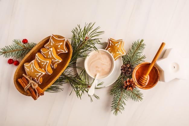 Disposizione piatta di natale. regolazione della tabella di natale con i biscotti e il cacao dello zenzero, vista superiore. concetto di sfondo di natale. Foto Premium