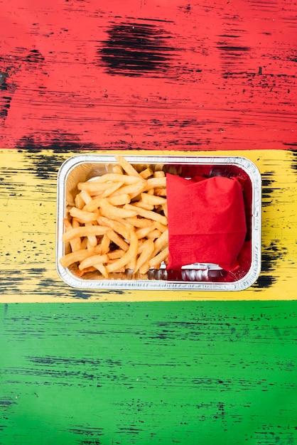 Disposizione vista dall'alto con patatine fritte sul tavolo di legno Foto Gratuite