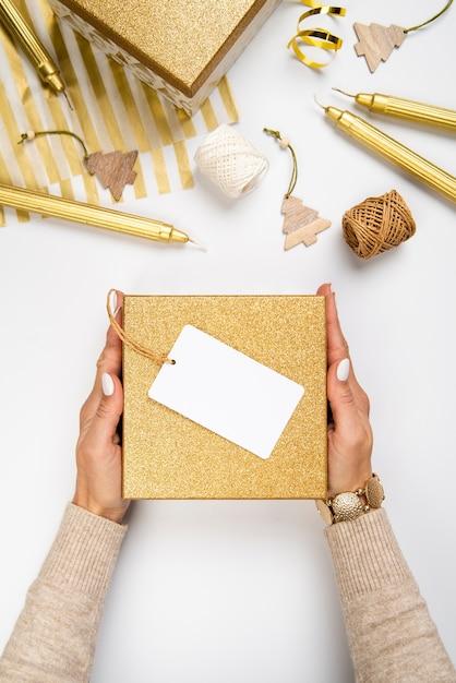 Disposizione vista dall'alto di scatole regalo con etichetta Foto Gratuite