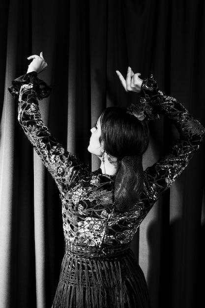 Distogliere lo sguardo della donna di vista posteriore in bianco e nero Foto Gratuite