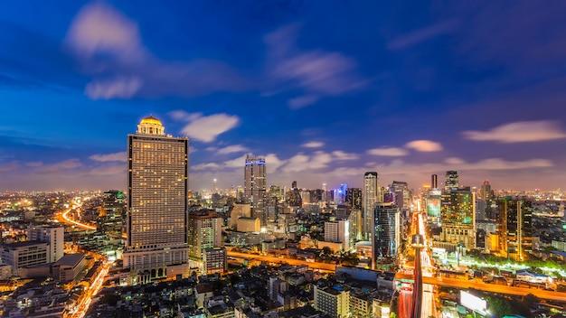 Distretto aziendale di paesaggio urbano di bangkok con alta costruzione al crepuscolo, bangkok, tailandia. Foto Premium