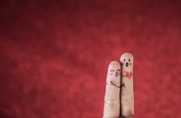 Dito con emozione su sfondo rosso Foto Gratuite