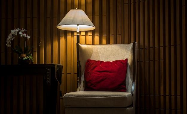 Divani in hotel di lusso con luci notturne Foto Premium