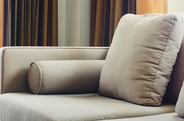 Divano in tessuto con cuscini in soggiorno, da vicino Foto Premium