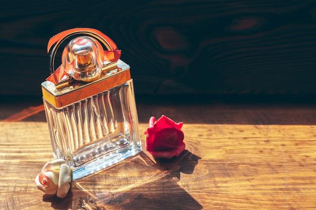 Diverse bottiglie di profumo sul legno Foto Premium