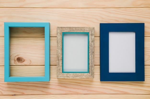 Diverse cornici blu con fondo in legno Foto Gratuite