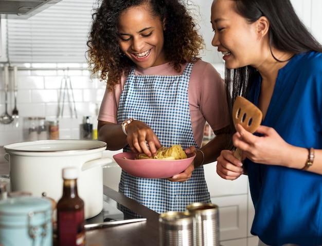 Diverse donne che cucinano insieme in cucina Foto Premium