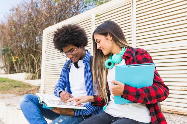 Diverse giovani coppie che studiano insieme nel parco Foto Gratuite