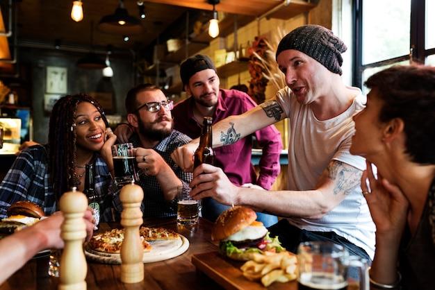 Diverse persone appendono fuori l'amicizia del pub Foto Premium