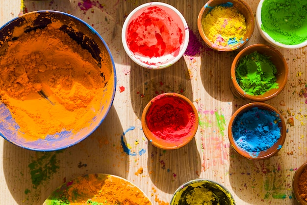 Diversi colori secchi brillanti in piccole ciotole Foto Gratuite