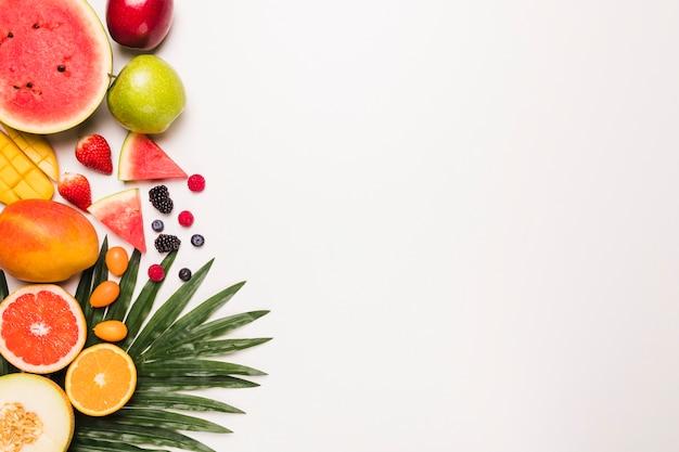 Diversi frutti succosi disposti Foto Gratuite