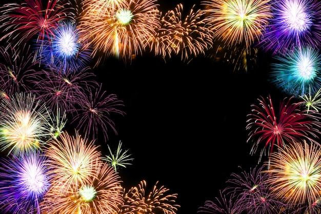 Diversi fuochi d'artificio accatastati. nel mezzo dello sfondo con copyspace Foto Premium