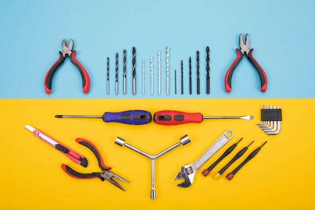 Diversi kit di costruzione sono appesi Foto Premium