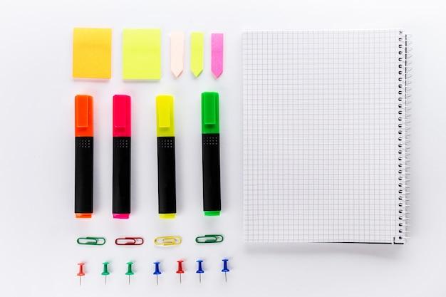 Accessori Per Ufficio : Diversi marcatori colorati con accessori per ufficio sul tavolo
