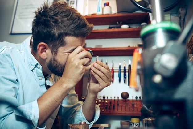 Diversi strumenti orafi sul posto di lavoro di gioielleria. gioielliere al lavoro in gioielleria. Foto Gratuite