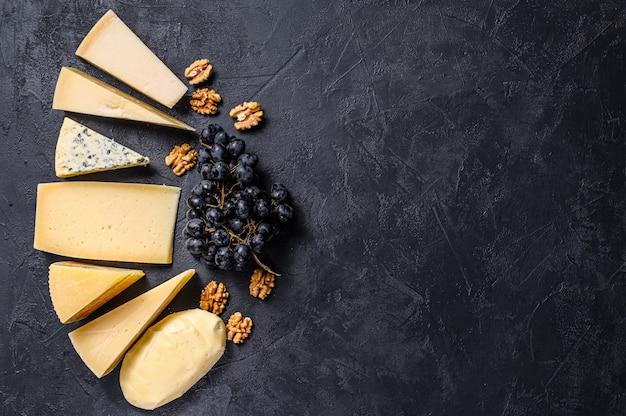 Diversi tipi di deliziosi formaggi sullo sfondo Foto Premium