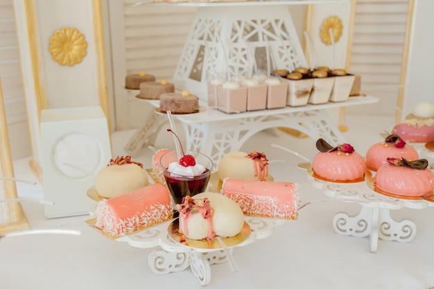 Diversi tipi di dolci e altri dessert nel buffet dolce Foto Premium