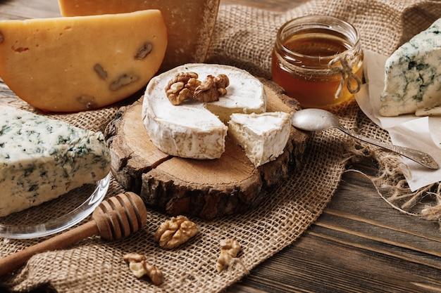 Diversi tipi di formaggi. fette di formaggio brie o camembert con parmigiano Foto Premium