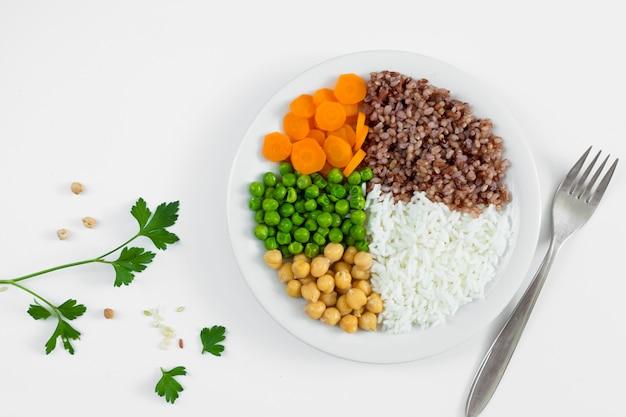 Diversi tipi di porridge con verdure sul piatto Foto Gratuite