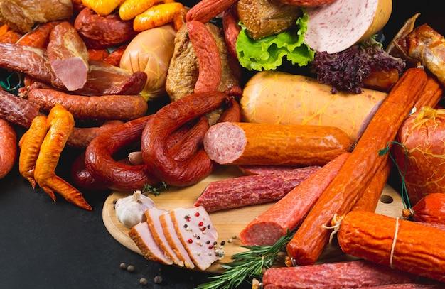 Diversi tipi di salsicce e prodotti a base di carne Foto Premium