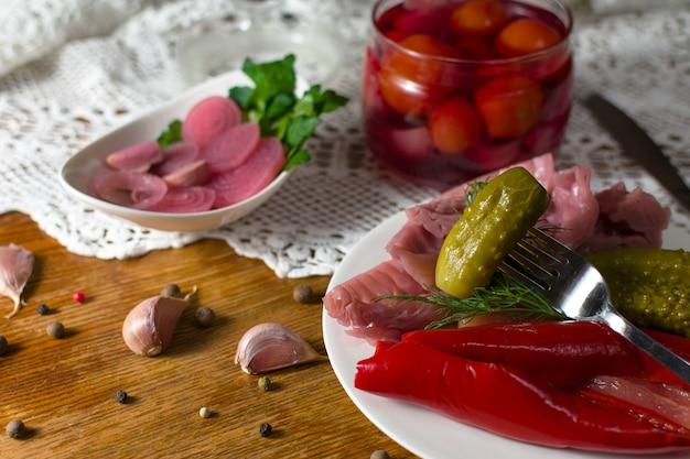 Diversi tipi di verdure in salamoia. cetrioli sottaceto, pomodoro, cavolo, pepe, verdure, cipolla e aglio serviti sul tavolo vecchio stile Foto Premium