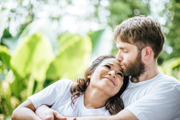 Diversità sorridente felice delle coppie nel momento di amore insieme Foto Gratuite