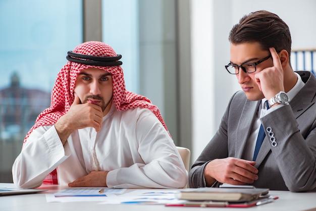 Diverso concetto di business con uomo d'affari arabo Foto Premium