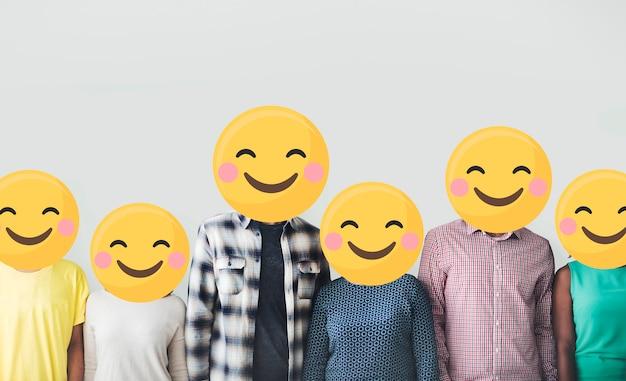 Diverso gruppo di persone con facce emoji felici Foto Premium