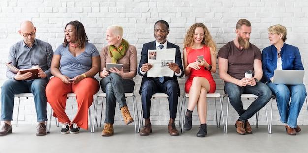 Diverso gruppo di persone concetto di seduta di tecnologia di unità della comunità Foto Premium