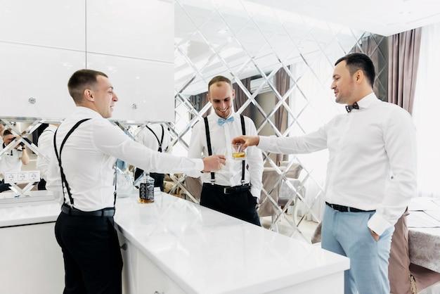 Divertenti calzini colorati di groomsmen Foto Premium