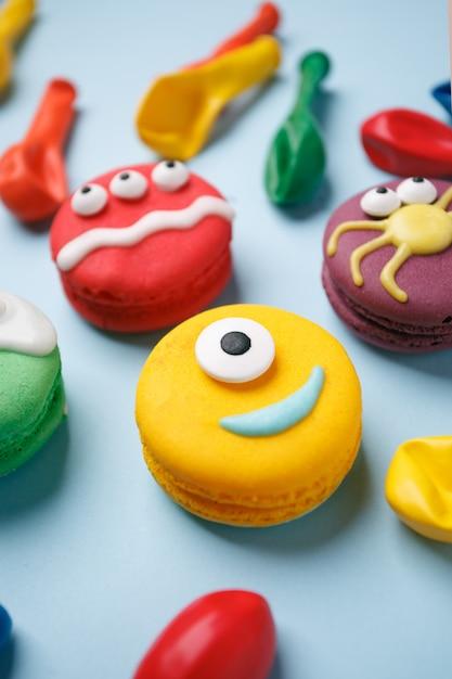 Divertenti dolcetti per bambini per halloween: variazioni di amaretto, decorate sotto forma di diversi mostri, fantasmi. Foto Premium