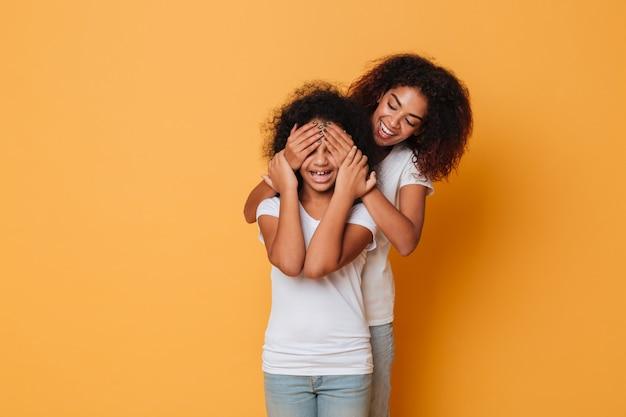 Divertirsi di due sorelle afroamericane felici Foto Gratuite