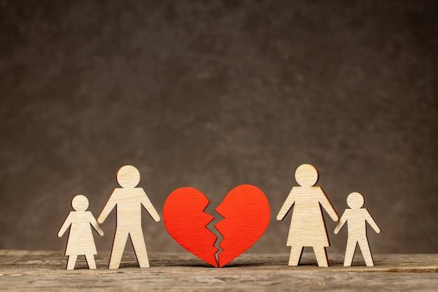 Divorzio in una famiglia con bambini. con chi staranno i bambini dopo il divorzio? mamma con un bambino e papà con un bambino Foto Premium