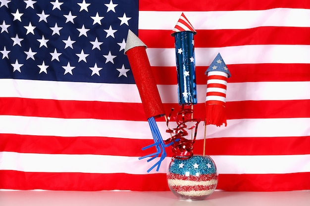Diy 4th of july decor color american flag, rosso, blu, bianco. idea regalo, arredamento usa independence day Foto Premium