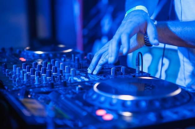 Dj che suona musica al mixer Foto Gratuite