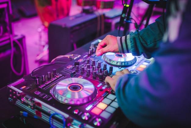 Dj mixa tracce in discoteche alle feste, miglior dj play, famosi lettori cd in discoteche durante la festa edm, idee per feste Foto Premium