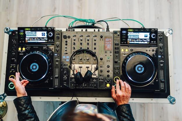Dj suona i migliori, famosi lettori cd in discoteca durante la festa. Foto Premium