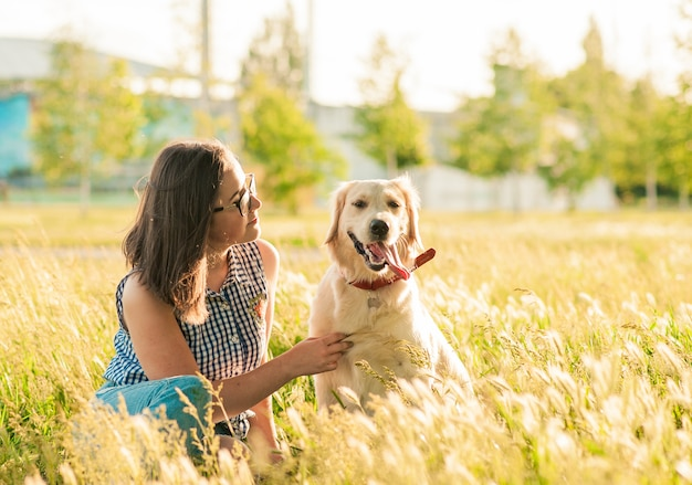 Documentalista felice e proprietario del cane che godono della natura nel parco Foto Premium