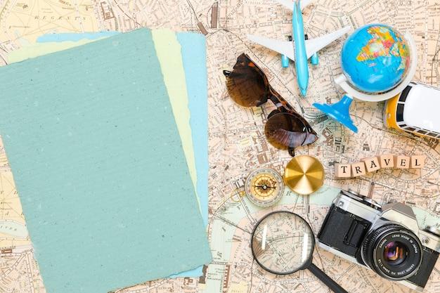 Documenti accanto agli elementi di viaggio Foto Gratuite