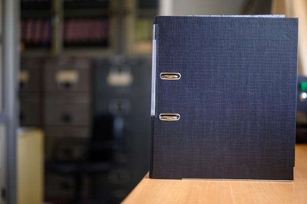 Documenti in attesa di approvazione, collocati alla scrivania Foto Premium