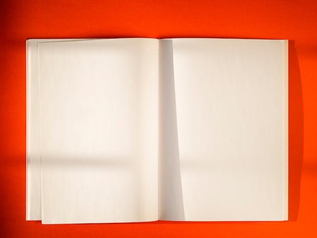 Documenti in bianco del primo piano su priorità bassa rossa Foto Gratuite